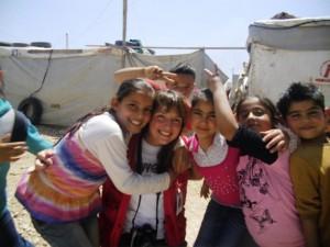 Carolin Gißibl inmitten von Flüchtlingskindern.