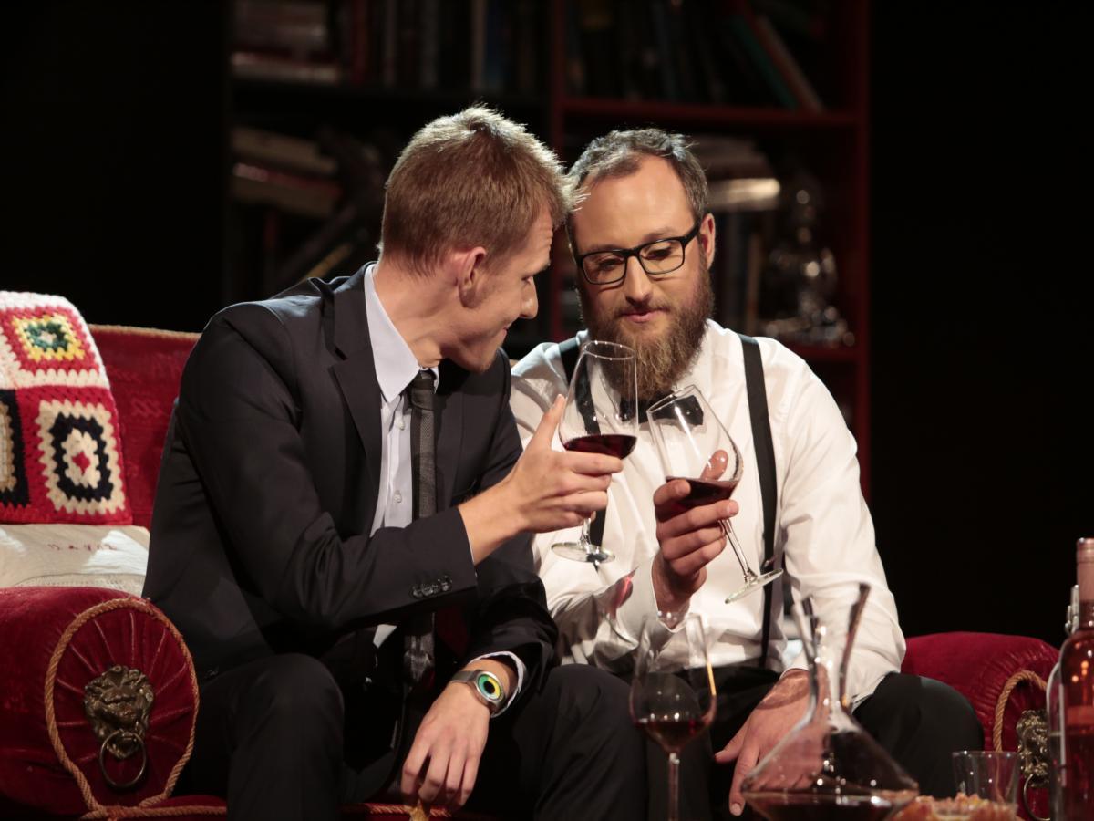 Es kommt die Zeit, da hilft nurnoch der Alkohol. (v.li. die Schauspieler Harald Wicht und Christian Salomon)
